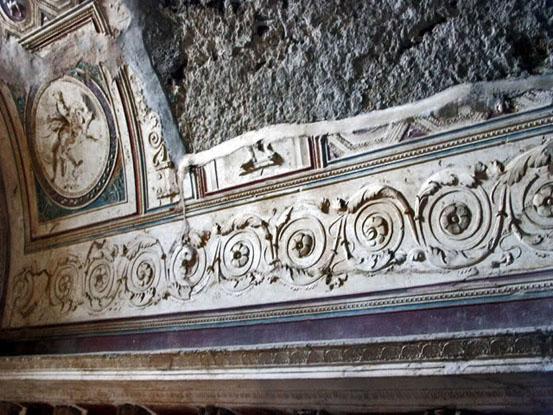 Сохранившаяся лепнина  в термах Помпеи