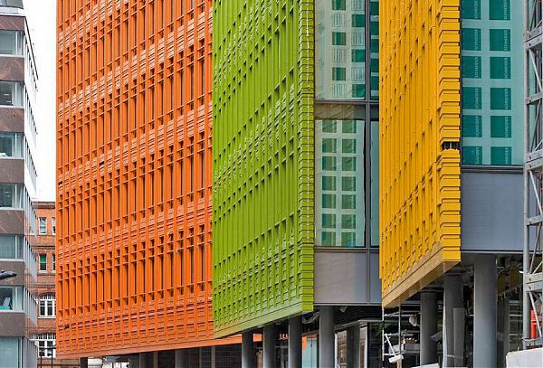 Оригинальный фасад комплекса Central St. Giles Cour. Архитекторы Renzo Piano Building Workshop & Fletcher Priest Architects. Лондон. Англия.