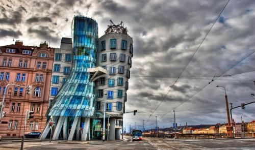 Танцующий дом «Dancing House» в Праге, выполнен в оригинальном архитектурном стиле. Здание изображает танцевальную пару Фред и Джинджер. Архитекторы - хорват В. Милунич и американец, лауреат премии Притцкера, Фрэнк Гери. 1996 г.
