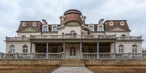 Архитектурный стиль особняка в Подмосковье можно определить как барокко.