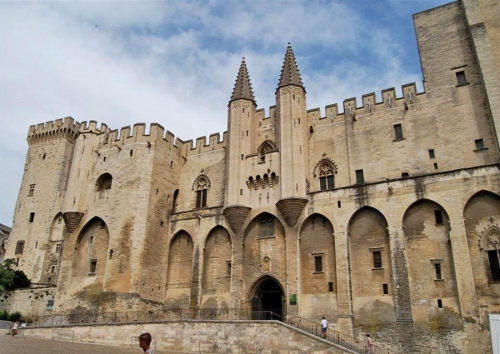 Комплекс папского дворца в Авиньоне. Старый дворец (1334—1342 гг.) построен при Бенедикте XII, Новый дворец (1342—1352 гг.) - при Клименте VI, стиль готика