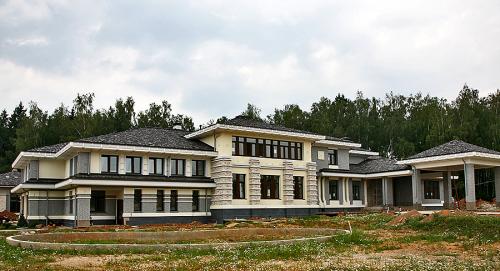 Современный частный дом в Поздняково, согласно замыслу создателей, обладает некоторыми чертами стиля классицизм, имеет и мотивы Ренессанса.