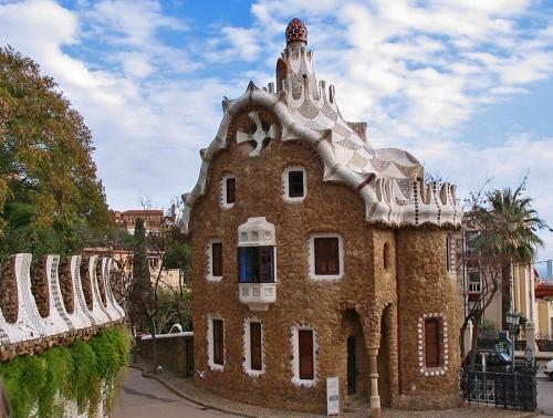 Дом привратника в парке Гуэль. Архитектор Гауди. Барселона.