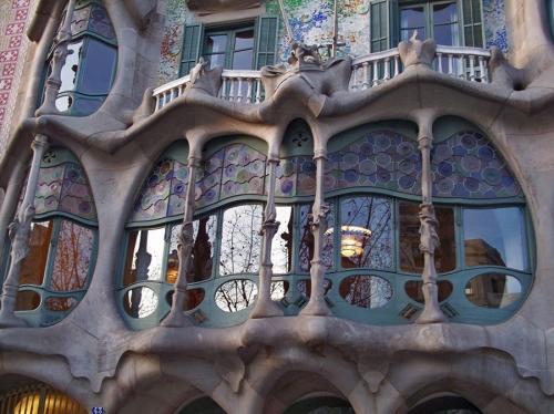 Декор Касса Батло (Casa Batllо) продолжает тему дракона, которой посвящено все здание, и кажется неотъемлемой частью стены. Архитектор Гауди. Барселона. Италия. 1905-1907 гг.