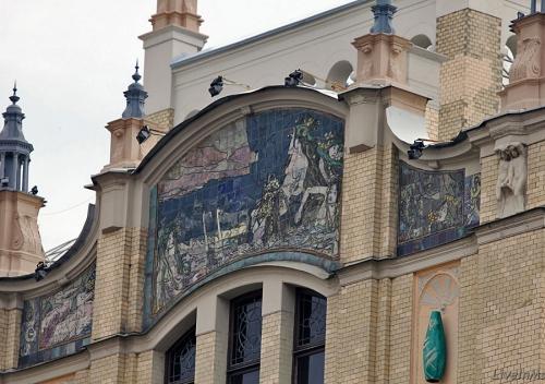 """Декор фасада, выходящего на Неглинную улицу, гостиницы Метрополь. Панно по картине М. Врубеля """"Принцессе Грёза""""."""