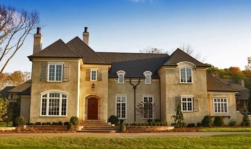Разнообразной формы окна расположены на одном фасаде дома в стиле модерн.
